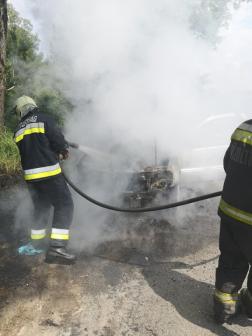 Kigyulladt egy személygépjármű Tatabánya és Szárliget közt hétfő délután